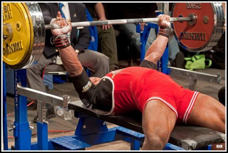 bench press powerlifting by a bodybuilder