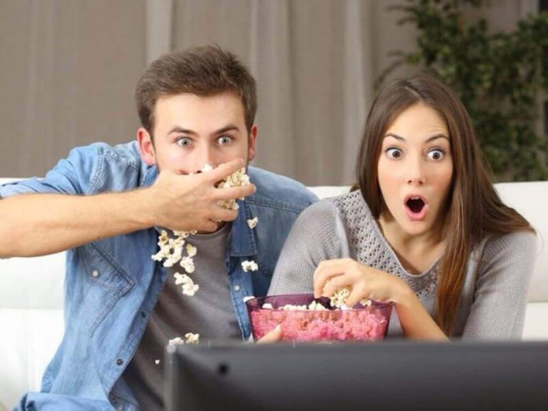couple eating popcorns