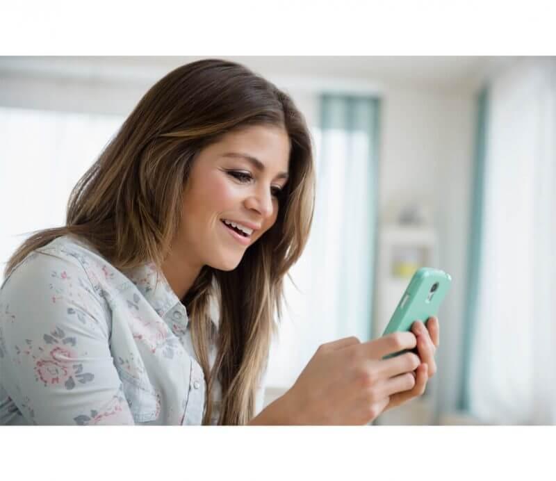femal texting on tinder