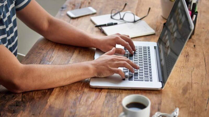 writer-using-laptop